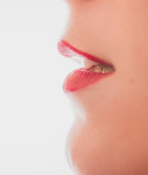 Réaliser un joli maquillage des lèvres avec Carmex